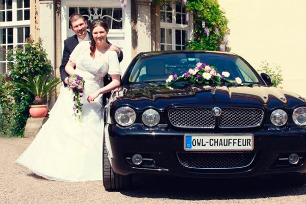 Brautpaar und Hochzeitsauto in Paderborn